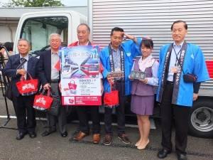 2-4-C 現場で台鉄弁当の販売を見守った京急ショッピングセンターの宮木社長(写真右)ら職員