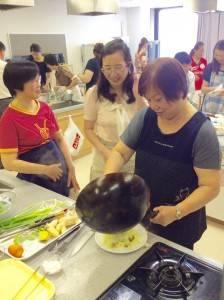 客家料理を協力しながら作る参加者たち
