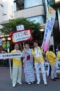 石川縣台灣華僑總會會長陳文筆(右)率領成員參加當地祭典活動,與日本民眾交流