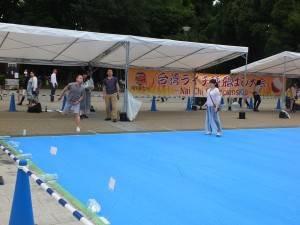 「台湾ライチの種飛ばし大会」の様子