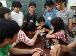 小老師示範迴力車製作方式