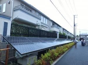 智慧城圍牆外設置太陽能面板,遇緊急災害時,可供電給附近居民