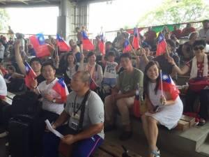 台商與僑胞揮舞國旗為台灣選手加油