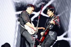 五月天吉他手石頭和怪獸在舞台上較勁,讓歌迷忍不住尖叫(©橋本塁(SOUND SHOOTER))