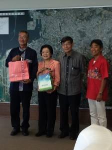 駐那霸辦事處處長蘇啟誠(右2)陪同琉球華僑總會會長張本光輝(左1)拜會那霸市市長城間幹子(左2)
