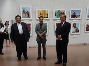 開幕儀式上 駐大阪辦事處處長蔡明耀(右)致詞。左起大阪市議會副議長木下吉信、議長東貴之。