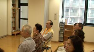 吉沢会長(中央)も真剣な表情で見つめる