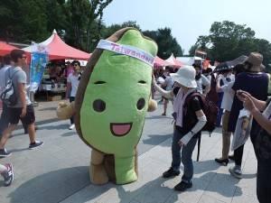 台灣達一現身就吸引許多民眾跟他合影