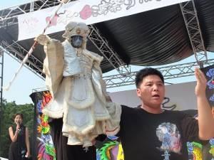 「台灣金宇園掌中劇」和民眾近距離表演布袋戲版本的變臉