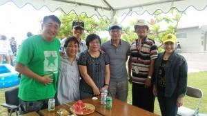 駐那霸辦事處處長蘇啟誠伉儷(右3、4)與琉球華僑總會會長張本光輝(右2)及僑會幹部合影