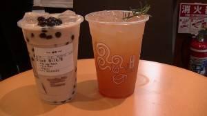 左:珍珠奶茶  右:水果茶