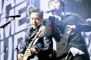 ギターのストーン(左)とボーカルのアシン(右)©Seiji Kondo