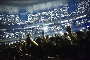 アシン呼びかけで携帯のライトを照らすファン達©橋本塁(SOUND SHOOTER)