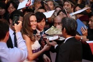 希拉蕊‧史旺熱情地幫影迷簽名