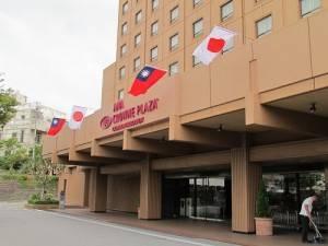 國慶酒會會長外懸掛中華民國與日本國旗