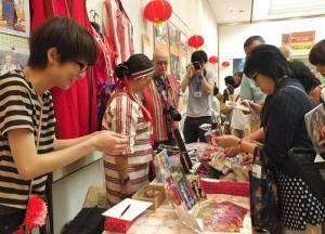 現場有販售像市原住民或是台灣創意設計的小物