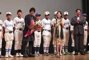 永瀨正敏(前排左1)出席杉並區台灣市集活動的電影映前會,為棒球小匠加油打氣
