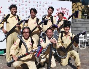包括西野亮廣(前排右1)和澀谷區長長谷部健(前排右2)等人皆以魔鬼剋星的造型出席記者會