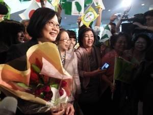 空港で大歓迎を受ける民進党の蔡英文主席