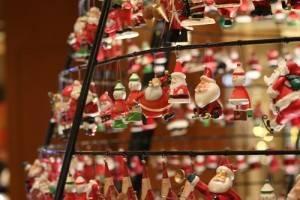 可愛的聖誕老公公替商城增加聖誕歡愉的氣氛