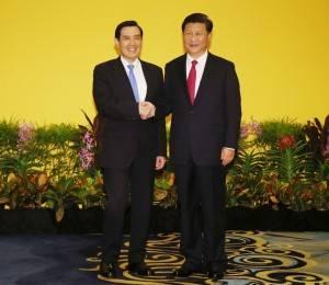 歴史的な握手をする馬英九総統と習近平国家主席(提供:中央社)
