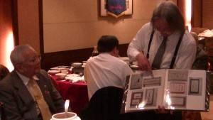 右:書畫家陣內伯臺先生向福祿壽會員解釋作品