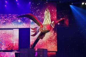水森香織乘著巨大舞台裝置登場