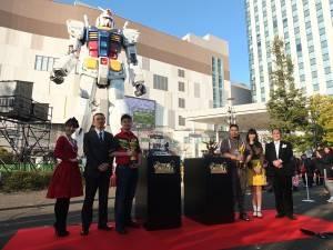 お台場のガンダム前で上位入賞者らが記念撮影