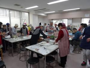 學員分組一起動手做客家料理