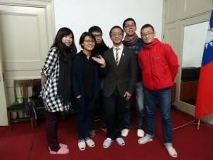 遠道而來的日本影迷與導演合影。(左起高雄市電影館推廣組組長林妍嫻、導演黃靖閔、導演張凱智、擔任翻譯的神戶大學留學生劉靈均及日本影迷)