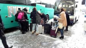 ⑤雪の駐車場で荷物の積込み