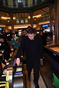 台北市長柯文哲參訪東京車站,體驗刷票進站(照片提供:台北市政府)