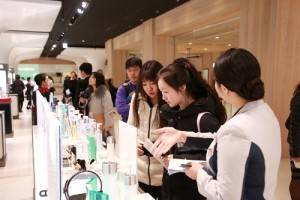 1月27日開幕當天有許多外國旅客在化妝品區消費購物