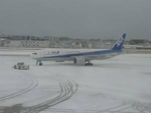 ①雪の福岡空港