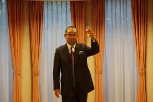 乾杯の音頭をとる日本中華連合総会の毛利友次会長
