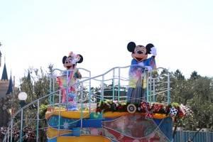 和服造型的米奇和米妮只有在新年遊行才看得到