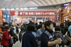全國丼飯大賽同時舉辦,現場擠滿許多民眾排隊嘗鮮