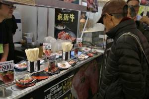 迴轉檯上的飛騨牛肉吸引饕客的注意