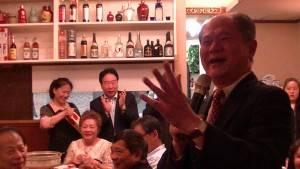 右:代表處橫濱分處處長粘信士台語念歌 大家反應熱烈