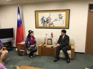 駐大阪辦事處處長張仁久與名譽會長謝美香交換意見