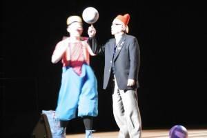 小丑演出請觀眾上台互動