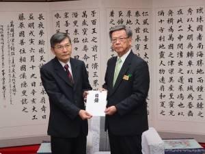沖繩縣知事翁長雄志(右)捐贈百萬日幣賑災款給台灣,由駐那霸辦事處處長蘇啟誠代表接受