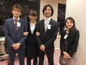 株式会社アットウェアで研修したインターン生リーダーの劉至瑩さん(左2)と同社の牧野隆志社長(右2)ら