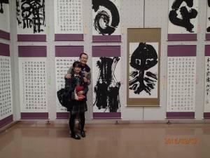 陳沛淇與父親在得獎作品前合影