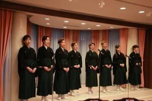 曾到台灣進行公演的寶塚歌劇團花組8名成員演唱《望春風》和《紫羅蘭盛開時》感謝台灣