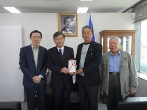 琉球華僑總會會長張本光會(右2)和顧問由博公(右1)捐贈南部地震賑災款,由駐處處長蘇啟誠(左2)代表接受