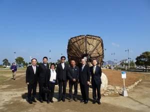 台灣文化中心主任朱文清(右2)、藝術家林舜龍(右3)及中華航空總經理張有恒(左4)在種子船前合影