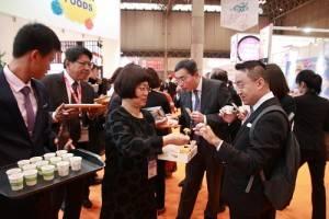 屏東縣長潘孟安也加入推銷屏東農產品,邀請觀展者試飲