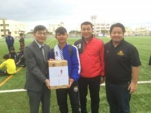 駐那霸辦事處處長蘇啟誠(左1)致贈台灣參賽團員飲料