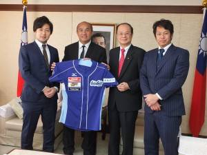 張泰山内野手(左2)は、徳島インディゴソックス共同オーナーの荒井健司氏(左1)らと共に台北駐日経済文化代表処の沈斯淳代表(右2)を表敬訪問した。